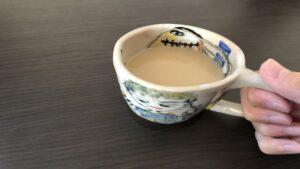 マグカップでコーヒーを飲む